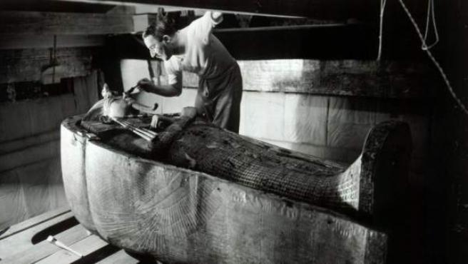 El arqueólogo británico Howard Carter, en la tumba de Tutankamón, en 1924.