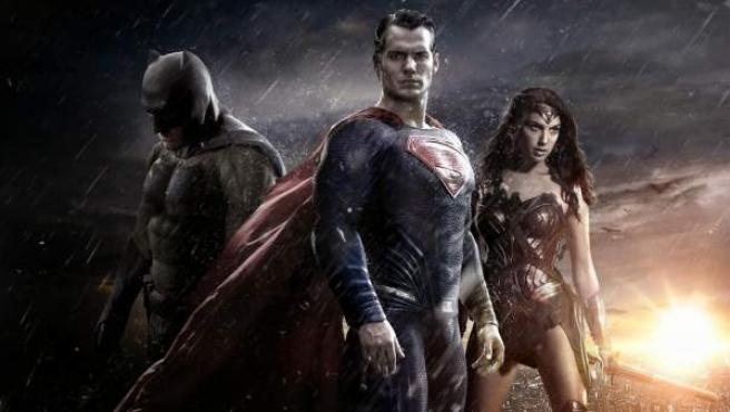 Batman, Superman y Wonder Woman en el cartel de 'Batman v Superman: El amanecer de la Justicia'.