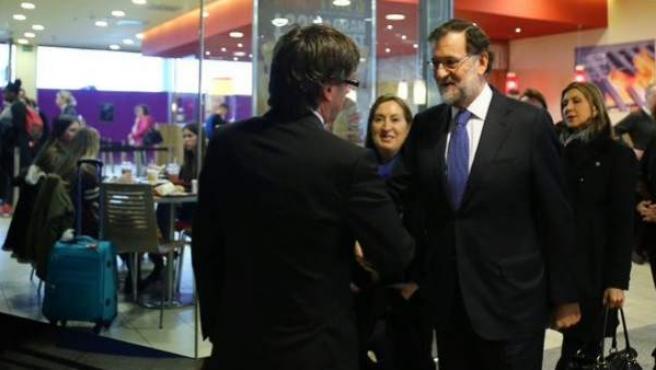 Rajoy saluda a Puigdemont antes del homenaje a las víctimas del accidente de Germanwings celebrado en Barcelona.