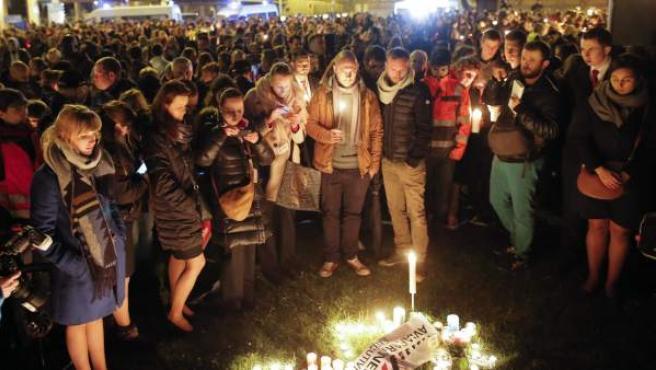 Los trabajadores del aeropuerto Zaventem participaron este tarde en una marcha silenciosa celebrada en memoria de las víctimas de los atentados terroristas perpetrados en la capital belga.