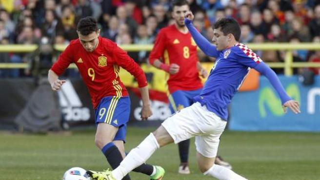 El delantero de la selección española sub'21 Munir (i) disputa un balón con el centrocampista de Croacia Filip Krovinovic (d).