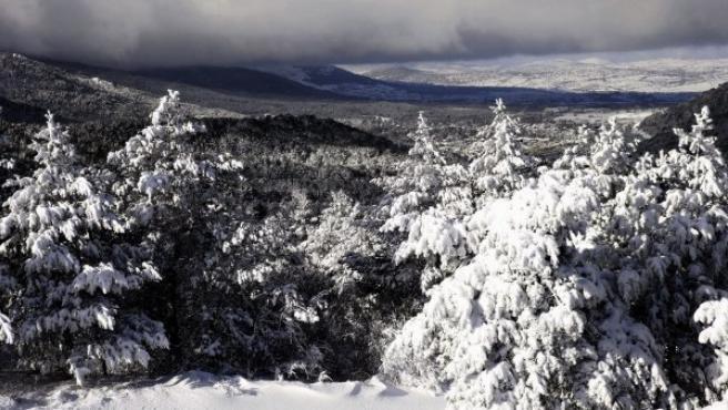Vista de la sierra de Madrid tras una intensa nevada.