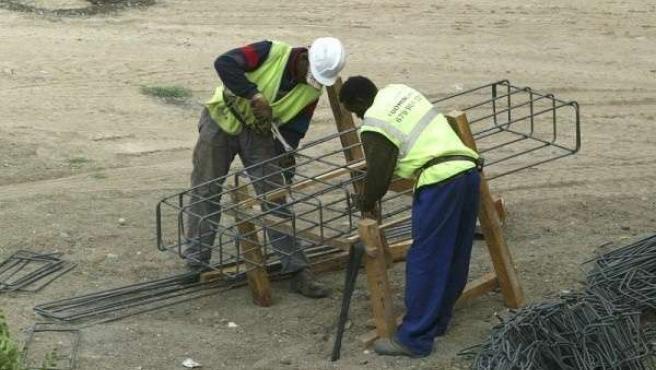 Unos trabajadores extranjeros en una obra