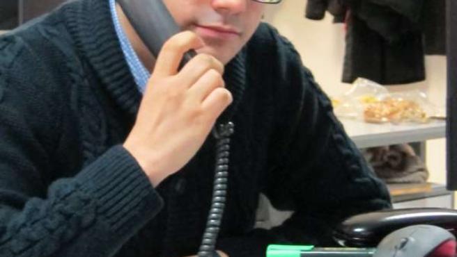 Usuario realizando una llamada desde el fijo