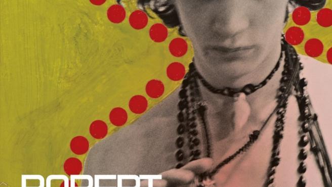 Uno de los autorretratos 'collage' de un muy joven Robert Mapplethorpe ilustra la portada del nuevo libro