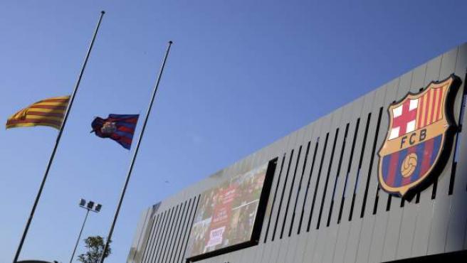 Las banderas azulgrana y catalana ondean a media asta en las instalaciones del FC Barcelona por la muerte del exfutbolista holandés Johan Cruyff,