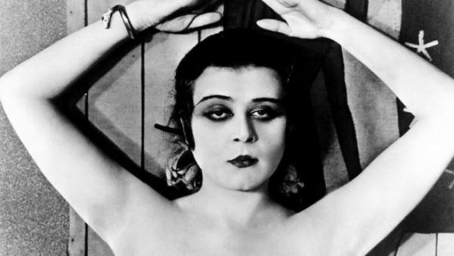 Fotografía de Theda Bara en 'Cleopatra' incluida en el libro 'Mujeres de Cine. Ecos de Hollywood en España, 1914-1936'.