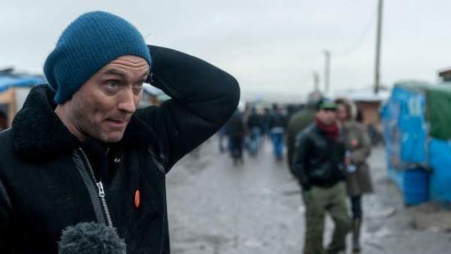 El actor Jude Law visita un campo de refugiados en Calais, Francia.