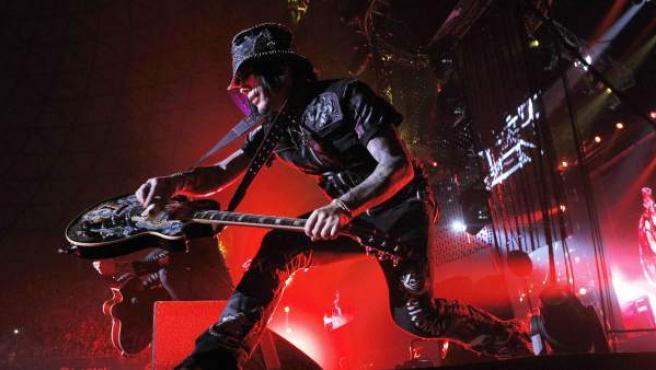 El guitarrista DJ Ashba, de la banda de rock estadounidense Guns & Roses, durante su concierto en el Movistar Arena, en Santiago de Chile, tras su paso por el Festival Rock in Rio en Brasil.