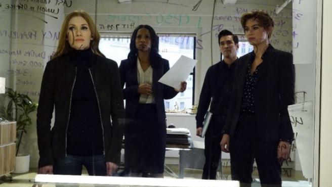 'The Catch': Mireille Enos y Peter Krause, amor y fraude en la nueva serie de Shonda Rhimes
