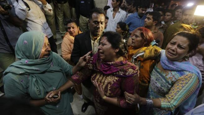 Familiares de víctimas del atentado suicida en la ciudad pakistaní de Lahore en la puerta de un hospital.