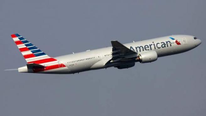 Un avión Boeing 777 de la aerolínea estadounidense American Airlines, en plena maniobra de despegue.