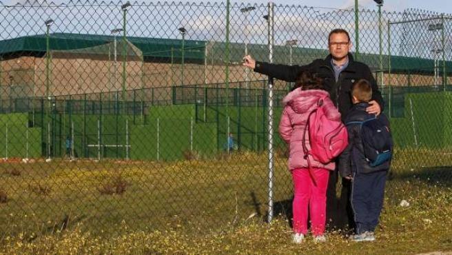 Rafael Fuentes con sus hijos en los aledaños del polideportivo donde trabaja.