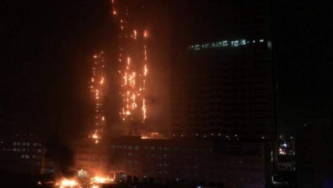 Imagen del incendio en un rascacielos en Ajman, Emiratos Árabes.