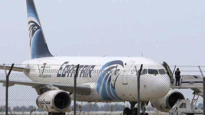 Imagen del avión de Egiptair secuestrado por un pasajero y aparcado en el aeropuerto de Larnaca (Chipre).