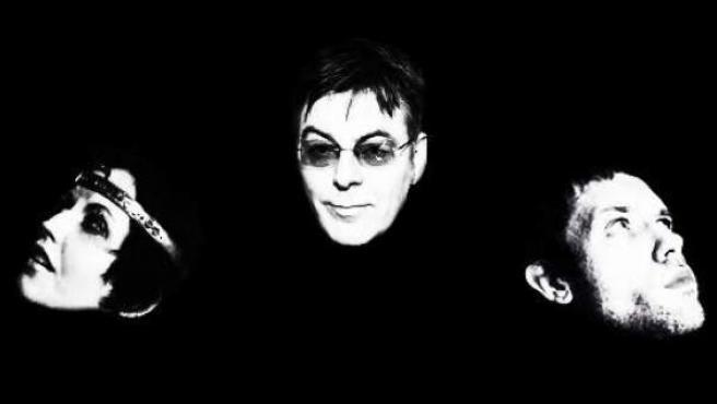 Imagen promocional de la banda D.A.R.K., formada por Dolores O'Riordan y el bajista de The Smiths.