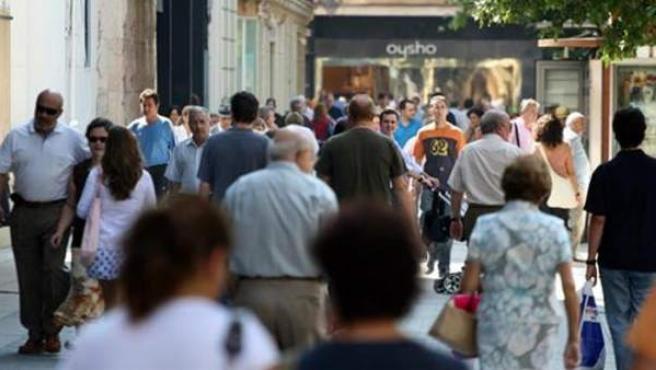 Gente paseando por una calle