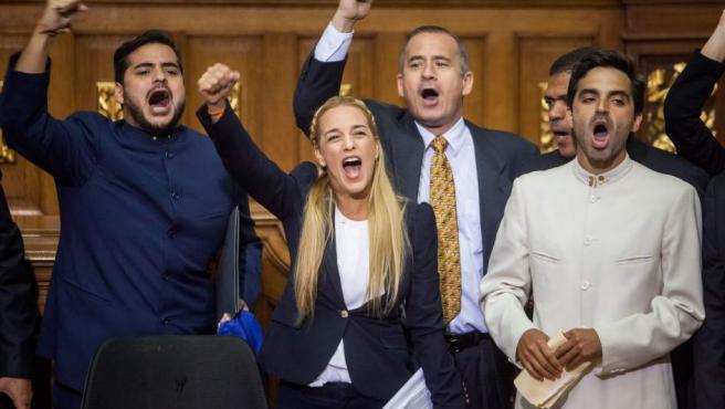 Lilian Tintori, esposa del líder opositor detenido Leopoldo López, acompañada de diputados de la Mesa de Unidad Democrática grita consignas durante la instalación de la Asamblea Nacional de Venezuela.