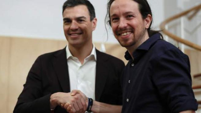 Los líderes del PSOE, Pedro Sánchez (i), y de Podemos, Pablo Iglesias (d), al inicio de su reunión en mayo pasado en el Congreso de los Diputados.
