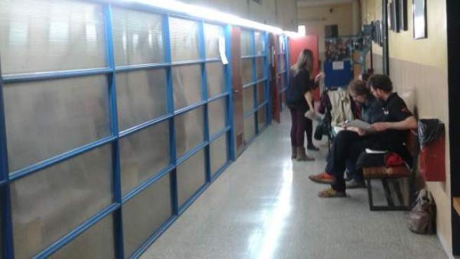 Padres esperando para solicitar la preinscripción. Escuela Entença de l'Eixample de Barcelona.