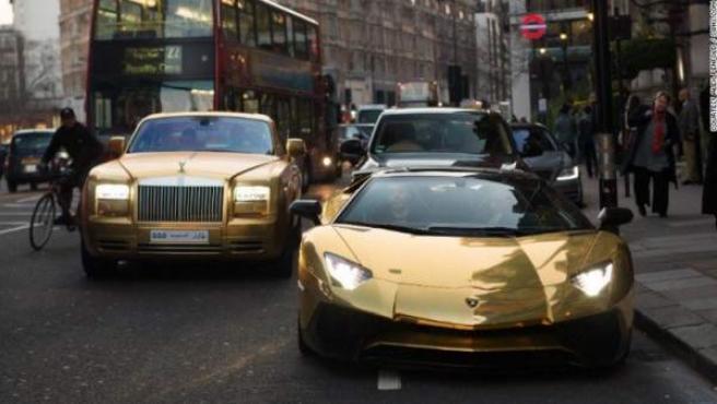 Parte de la flota de coches de oro del multimillonario saudí en Londres.