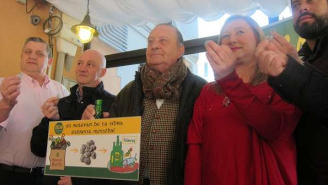 Hosteleros de La Gascona presentan su nueva moneda.