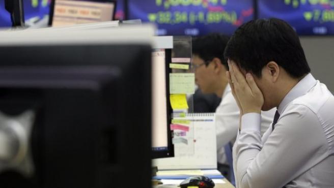 Imagen de archivo de un empleado desesperado ante su ordenador.