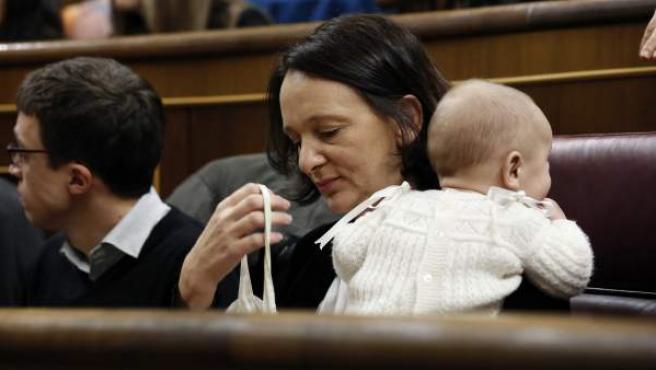 La diputada de Podemos Carolina Bescansa, con su bebé, en su escaño del Congreso.