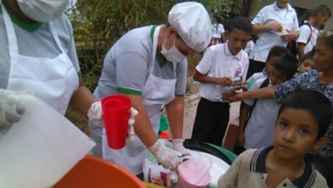 Niños merendando en un colegio de Aguachica (Colombia).