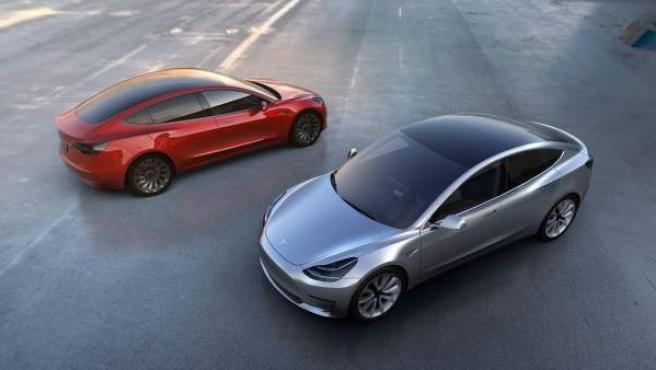 El compromiso de Tesla hasta finales de 2017 es duplicar, a nivel mundial, el número de puntos de recarga rápida («supercharger» como los llama Tesla; mapa con su ubicación) y de «recarga en destino» (que son los que están en lugares como hoteles, restaurantes y centros comerciales, mapa con su ubicación). En ese momento comenzará la producción del Model 3 con un precio de 31.000 euros aproximadamente y las primeras entregas serán antes de comenzar 2018. Más información del Tesla Model 3. Precios y fichas técnicas de los modelos de Tesla. Información del Tesla Model 3 en km77.com.