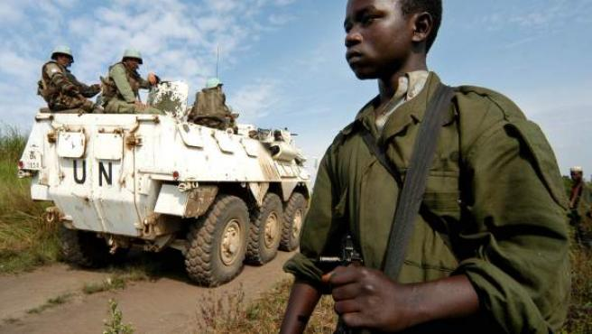 Un tanque de la ONU patrulla el pueblo congoleño de Kambutso en 2006.