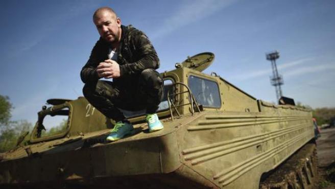 El ciudadano búlgaro Dinko Valev, de 29 años, posa sobre su vehículo militar en la ciudad de Yambol, en Bulgaria.