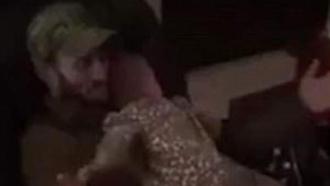 Josh Kinser y su bebé Riley, en una captura del vídeo viral que protagonizan.