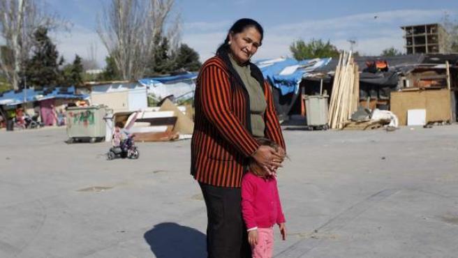 María Jesús Vargas, junto a su nieta, en el pequeño poblado en el que vive su familia en la calle Antonio Cabezón.
