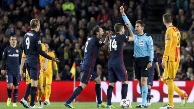 Felix Brych le enseña la tarjeta roja a Fernando Torres en el Barça - Atlético.