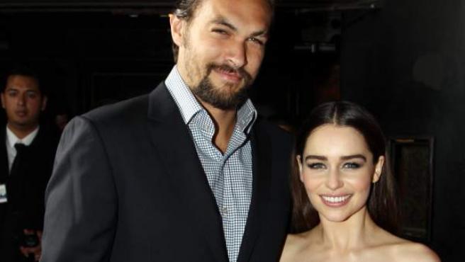 Jason Momoa y Emilia Clarke, durante una presentación de la serie.