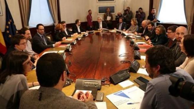 El PSOE ha adoptado el papel presidencial de la reunión 'a tres' con Podemos y Ciudadanos, cada uno de los cuales se sienta a un lado de la mesa sin llegar a ocupar asientos contiguos.