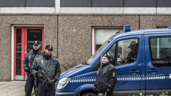 La policía danesa, frente al bloque de viviendas en el que han detenido a cuatro supuestos yihadistas pertenecientes a EI.