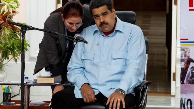 El presidente venezolano, Nicolás Maduro (d), conversa con la primera dama, Cilia Flores (i), durante la manifestación contra la ley de amnistía aprobada en la Asamblea Nacional, hoy, jueves 7 de abril de 2016, en Caracas (Venezuela).