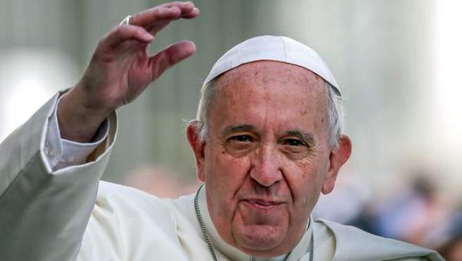 Fotografía de archivo fechada el 6 de abril de 2016 que muestra al papa Francisco durante una audiencia pública en la Plaza de San Pedro del Vaticano.