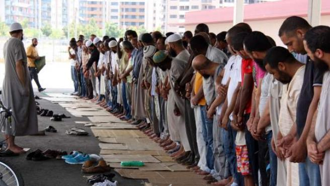 Decenas de musulmanes rezan en la calle durante el Ramadán en Lleida.