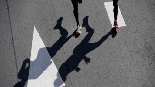 Imagen de archivo de dos corredores en un maratón.