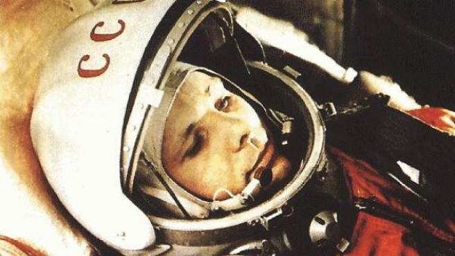 Imagen del cosmonauta soviético Yuri Gagarin en el interior de una nave.