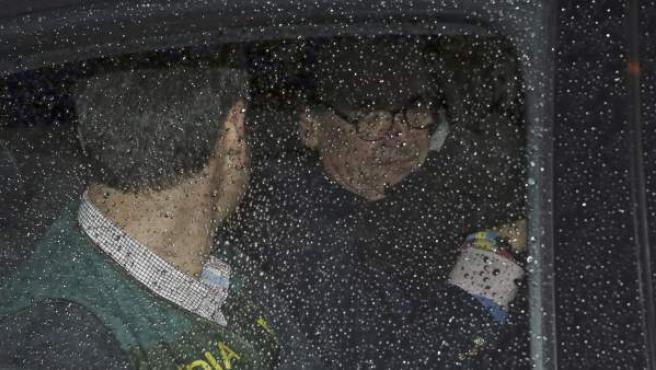 El expresidente de Banesto, Mario Conde, abandona su domicilio detenido por la guardia civil, tras estar presente en los registros realizados por miembros de la UCO, desde las ocho de esta mañana. EFE / J. J. Guillén