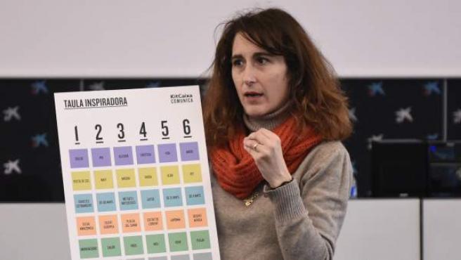 Anna Sabaté presenta uno de los juegos del KitCaixa Comunica