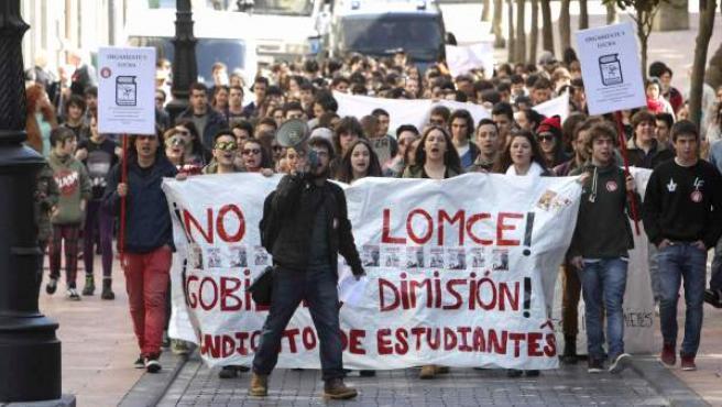 Manifestación por el centro de Oviedo convocada por el Sindicato de Estudiantes dentro de la huelga de dos días en las enseñanzas medias y universitaria en el ámbito estatal en contra de la Lomce y de los recortes en el sector.