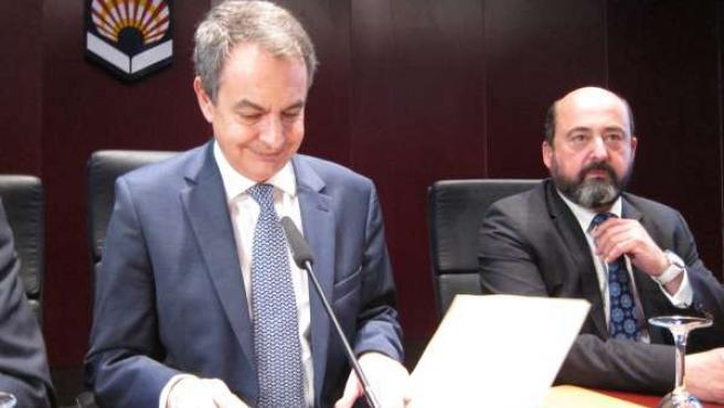 Zapatero se dispone a pronunciar su conferencia, junto a Torres