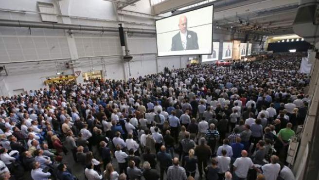 Los trabajadores de Volkswagen escuchan el discurso del presidente del comité de empresa de Volkswagen, Bernd Osterloh (en la pantalla), en la sede central de la compañía de Wolfsburgo (Alemania).