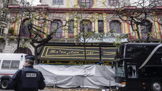 Agentes de policía franceses restablecen el tráfico frente a la sala de fiestas Bataclan, uno de los escenarios de los atentados de París.