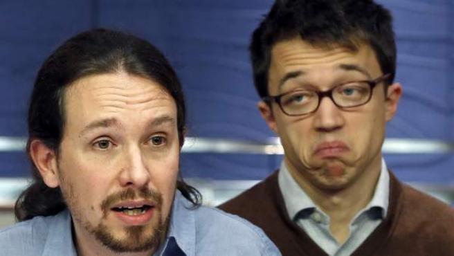 Pablo Iglesias e Iñigo Errejón, detrás